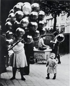 2 La marchande de ballons (l'enfant souriant) — Brassaï, Paris 1931