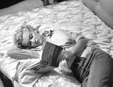 black-and-white-blonde-book-marilyn-monroe-reading-favim-com-316843