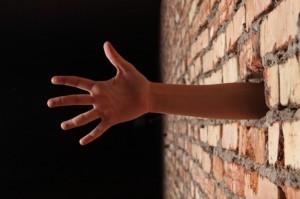personnes-dans-le-mur--les-mains-
